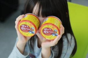 サバカレーの鯖缶で遊ぶ子供